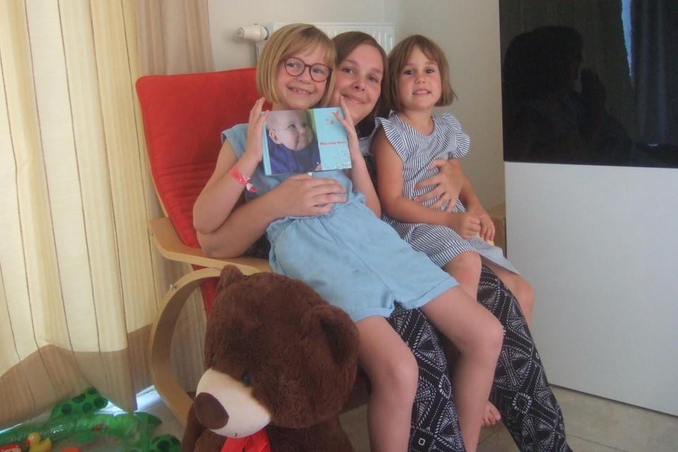 Sofie D'Hondt met haar dochtertjes Elise en Ella. Ze denken nog iedere dag aan hun overleden zusje Noor.