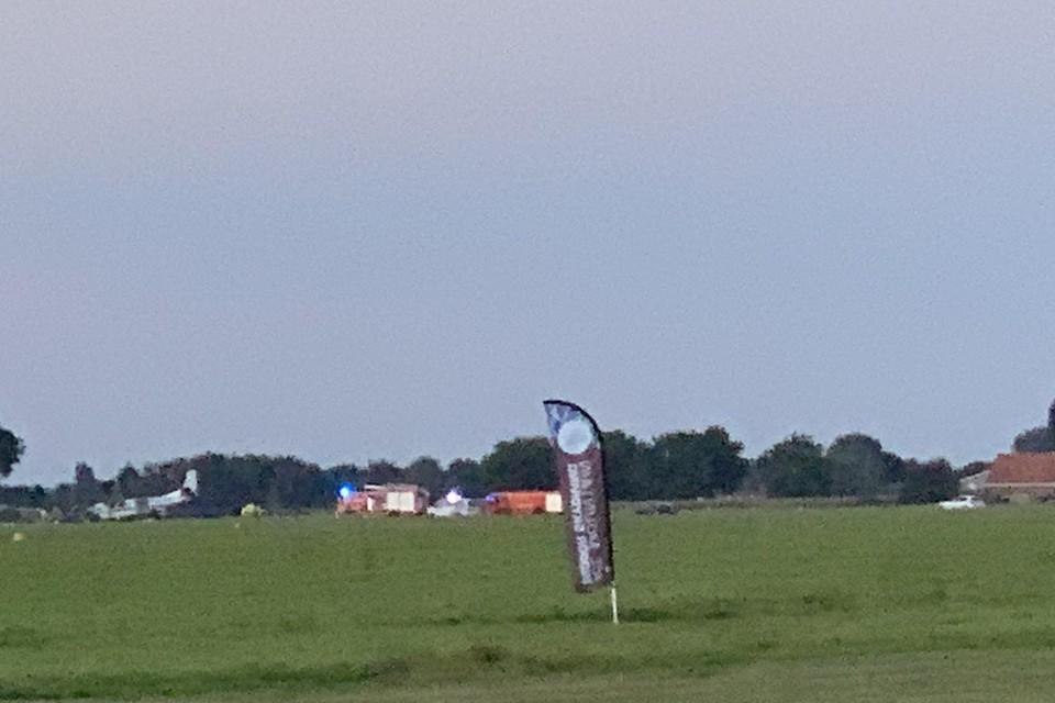 Het vliegtuig (links) belandde net naast de landingsbaan.