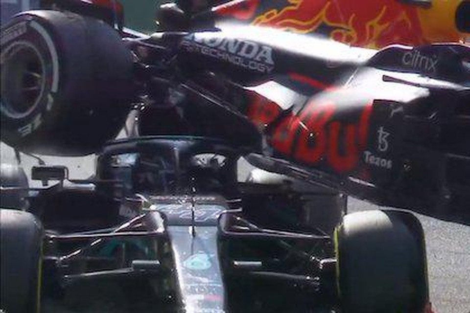 Max Verstappen kwam met zijn F1-bolide op de Halo van de Mercedes F1-bolide van Lewis Hamilton terecht