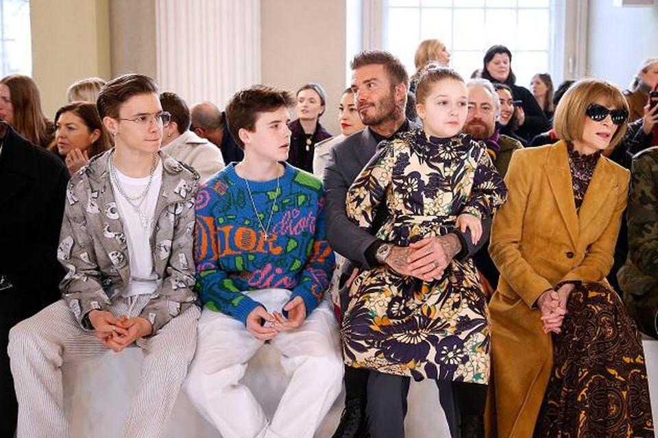 Romeo, helemaal links, met naast hem zijn broer Cruz, vader David, zus Harper en Vogue-hoofdredacteur Anna Wintour.