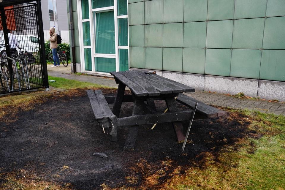 Uitgebrande picknicktafel aan de Bloemekenswijk