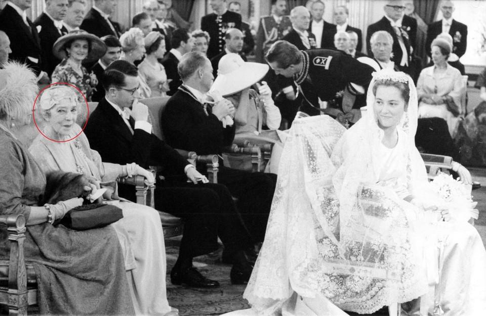 Koningin Elisabeth (links op de foto, omcirkeld in het rood) volgde het huwelijk van Albert en Paola van op de eerste rij.