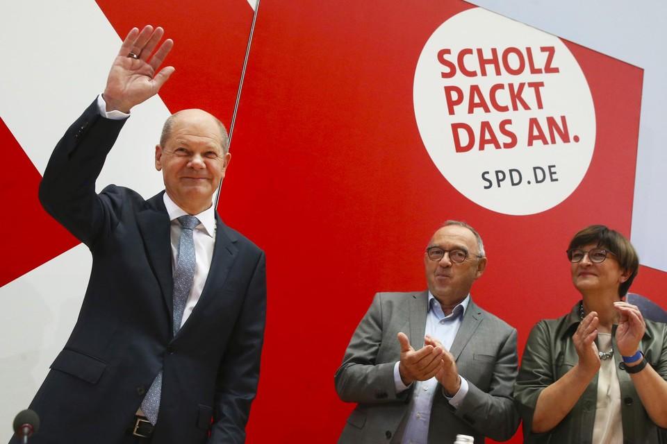 Olaf Scholz mag dan met de SPD -nipt- gewonnen hebben, hij is nog lang geen Bondskanselier. Hij heeft de regie niet in eigen handen. Laschet geeft niet af en groenen en liberalen zijn onder elkaar gesprekken begonnen.