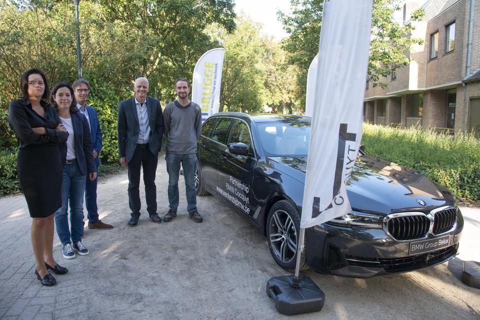 De wagen heeft een verbrandingsmotor, maar kan tegelijk ook volledig elektrisch rijden.