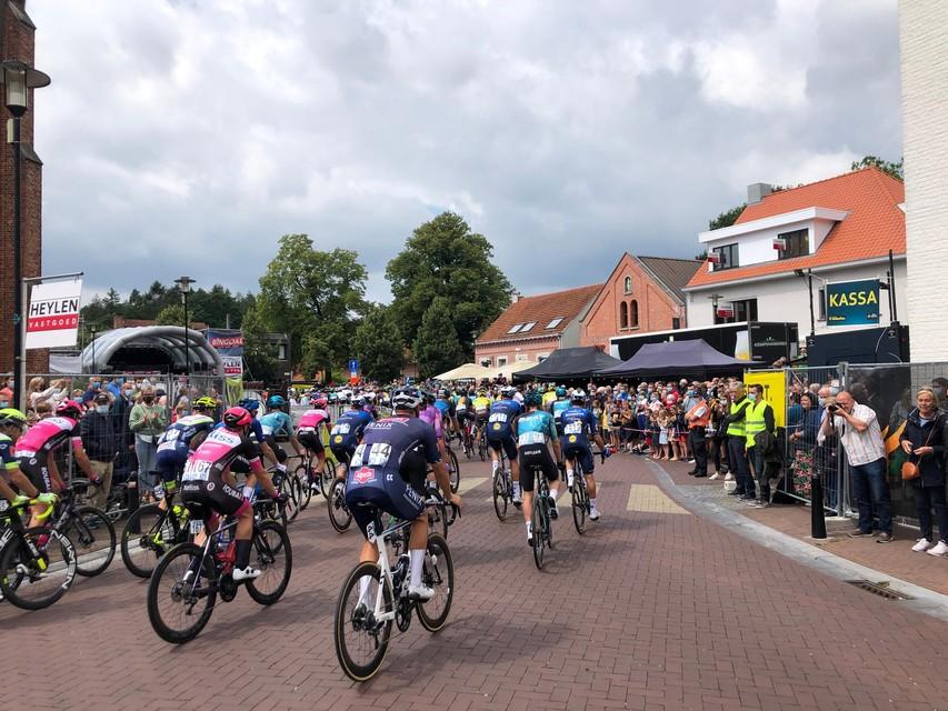 De toeschouwers stonden in Vosselaar enkele rijen dik om de start van de Heistse Pijl niet te missen.