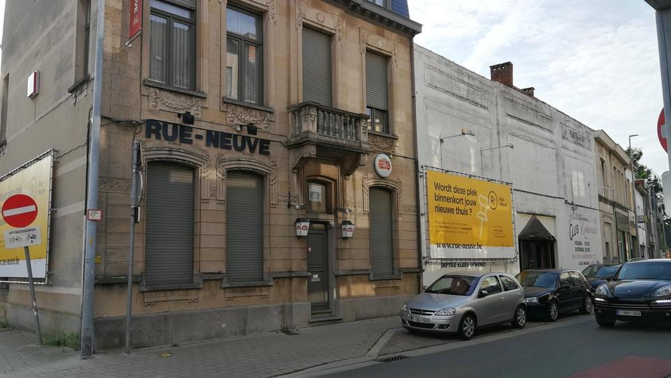 De Rue Neuve (links) en de witte gevel waar ooit de Sol y Sombra het mooie weer maakte. Later kwam er onder meer een karaokebar. De panden werden vorig jaar gesloopt voor appartementen.