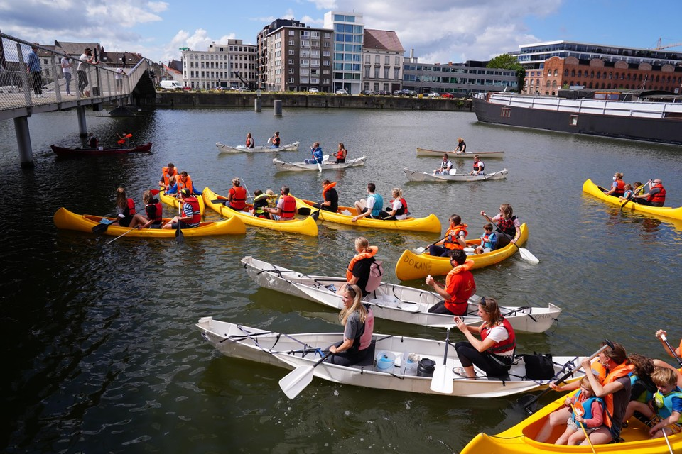 Klaar voor de start: uiteindelijk gaan achttien kano's het water in aan de dokken.