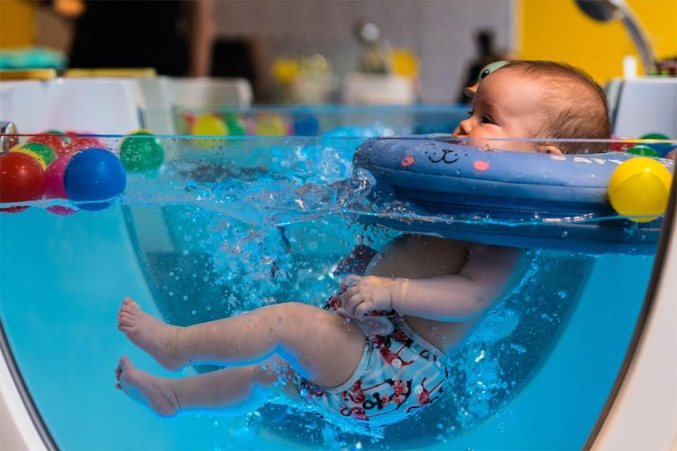 Dankzij een opblaasbare halsband blijft baby's hoofdje boven water.