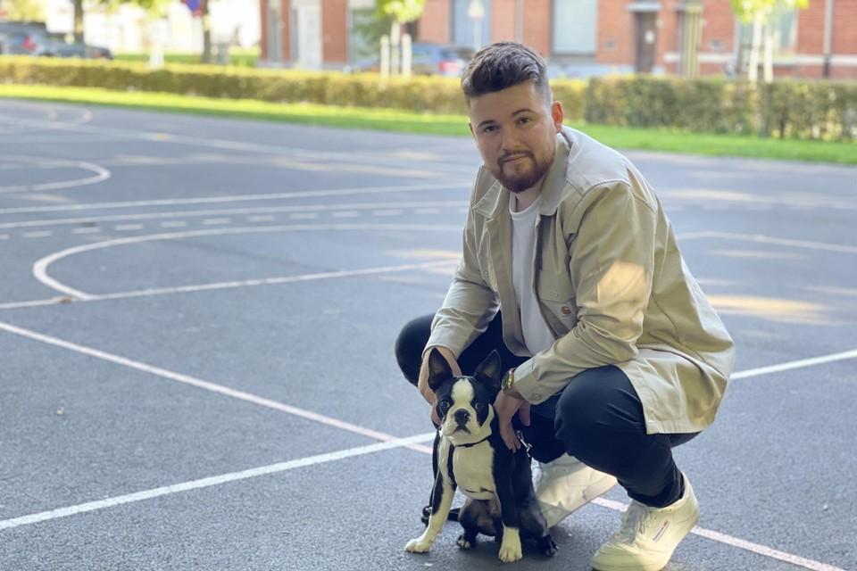 Timothy met zijn hondje Ensor op het baskelbalplein bij het Zaalhof in het centrum van Ieper. Hij hoopt op wat hulp van zijn stadsgenoten.