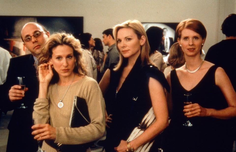 Willie Garson links met de actrices uit Sex and the City
