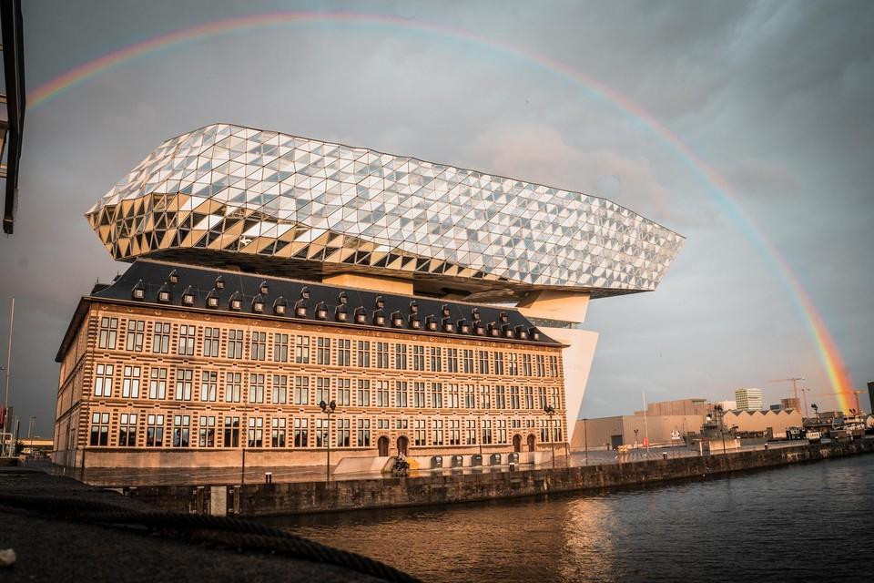 De regenboog was ook aan het Havenhuis goed te zien.