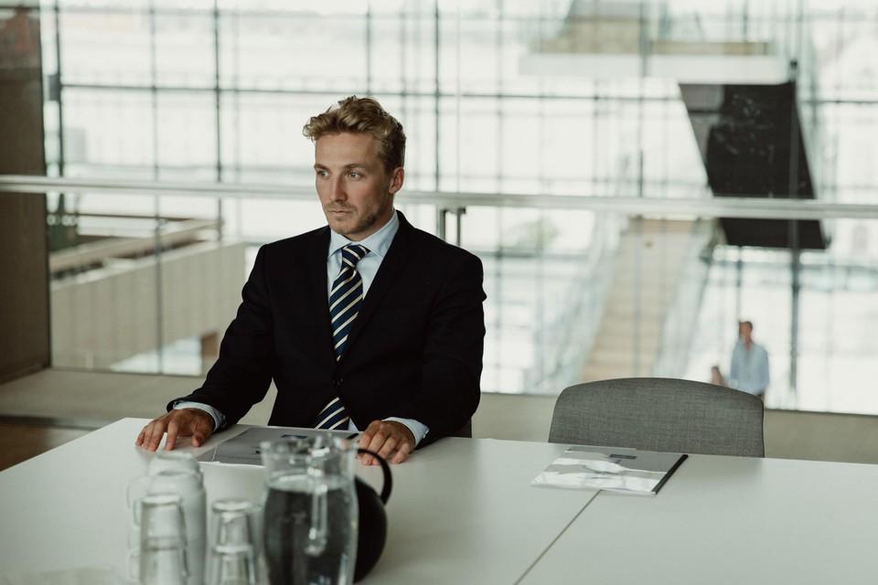 Adam vult zijn job als effectenmakelaar al snel aan met een gevaarlijke bijverdienste.