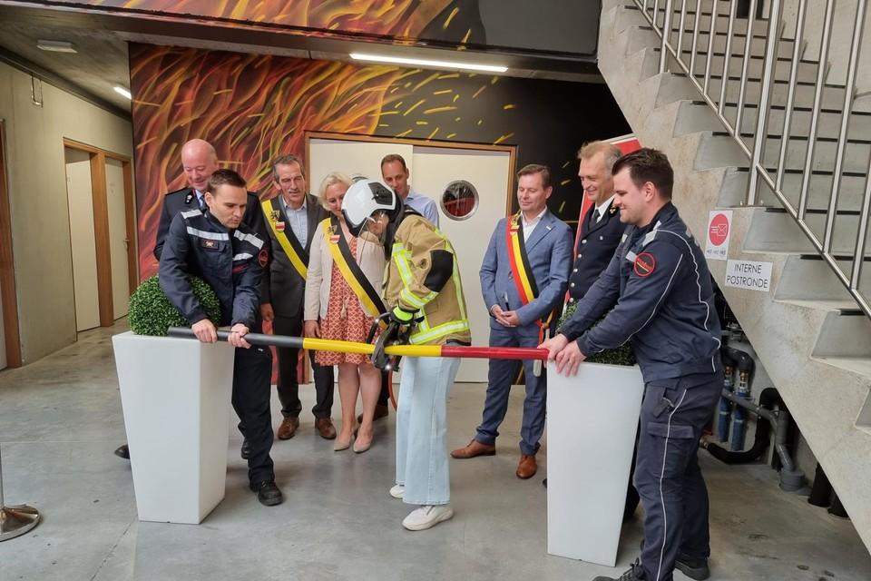 Onherkenbaar met brandweerhelm en jas knipte minister Crevits het stalen lint door bij de opening van het brandweerarsenaal in Zwevezele.