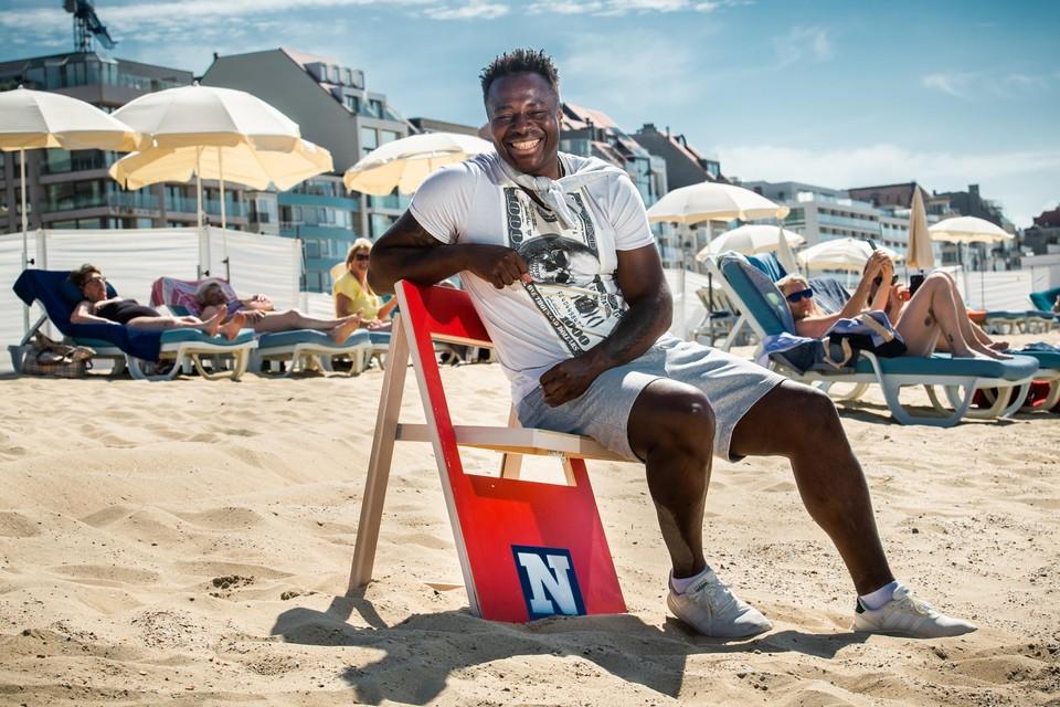"""Emile Mpenza op het strand van Knokke. """"Mijn bladzijde is omgeslagen. Soms heb ik geen zin meer om beroemd zijn."""""""