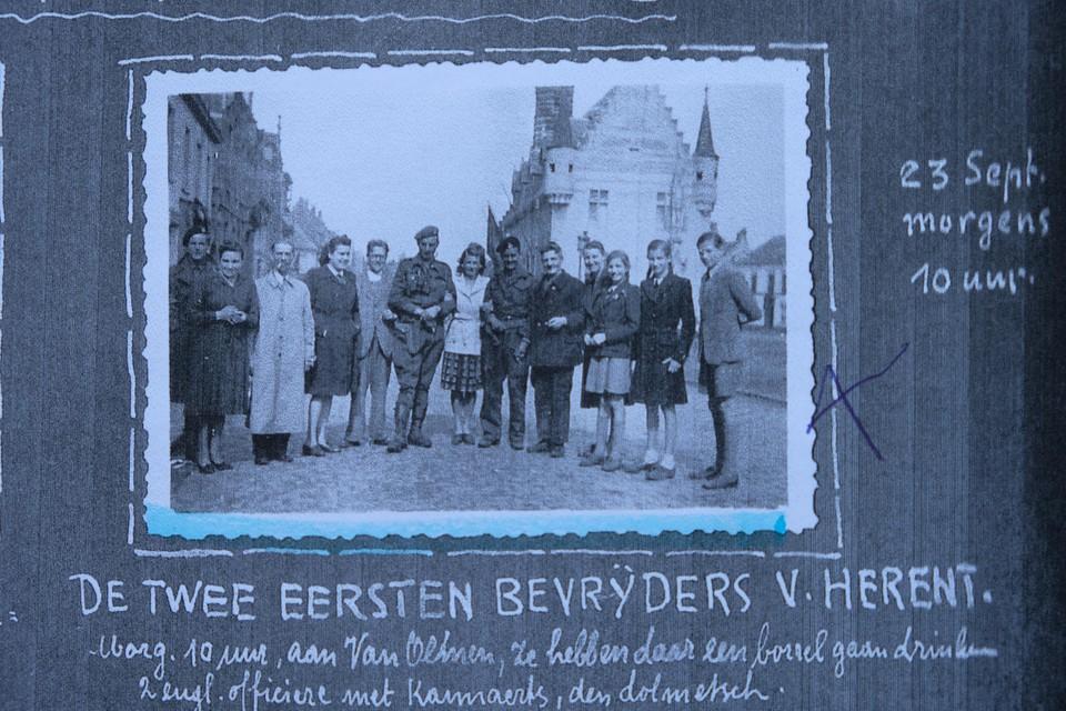 De eerste bevrijders van de Britse 49ste West-Riding Infanterie divisie op de Grote Markt. Van links naar rechts: een Engelse , mevrouw Van Olmen, onbekend, Christiane De Canniere, Clement Van Olmen, Luitenant Salmon, onbekend, Luitenant Bowman, Callaerts (tolk), mevrouw Müller, haar twee dochters en uiterst rechts Jules Müller.