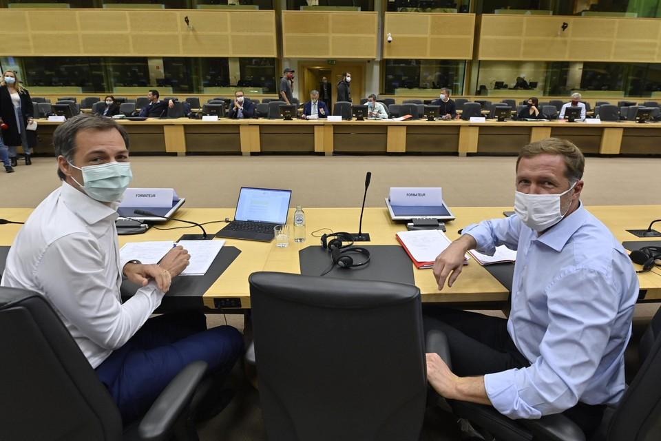 De twee formateurs Alexander De Croo (Open VLD, links) en Paul Magnette (PS) leiden de onderhandelingen in het Egmontpaleis. Slechts een van hen kan premier worden.