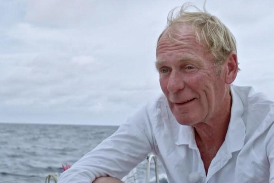 Kapitein Piet Smet staat aan het roer van Moby Sick, het zeilschip waarop de zes BV's van 'Over de oceaan' de 5.000 kilometer lange oversteek naar Guadeloupe maken.