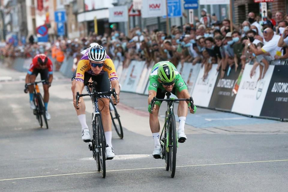 De talrijk opgekomen supporters zagen Mark Cavendish nipt de maat nemen van Tim Merlier in Roeselare.