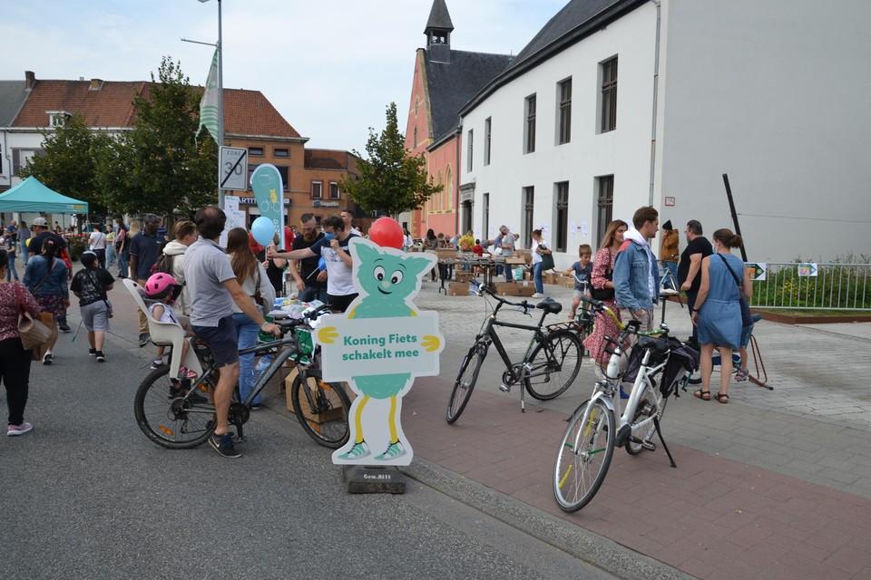 De dienst mobiliteit van de gemeente stond zondag met een stand op Autoloze Zondag om uitleg te geven over Asse schakelt.