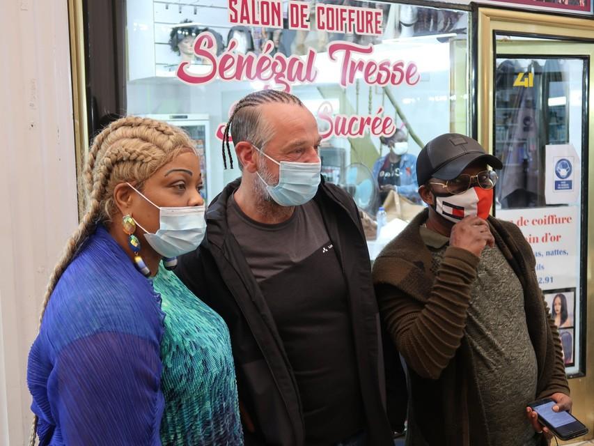 In Brussel liet Tom Waes zich tijdens de opnames voor onder handen nemen door een Congolese kapper.