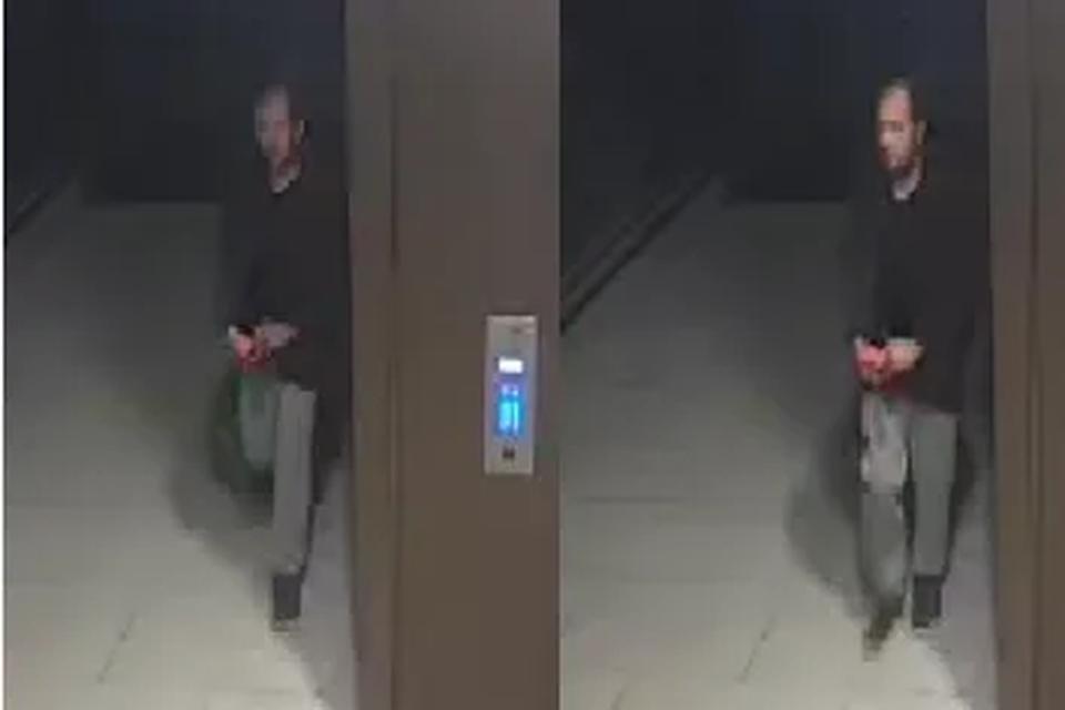 De politie is op zoek naar deze man, die mogelijk een mes verstopt waarmee de moord gepleegd werd.