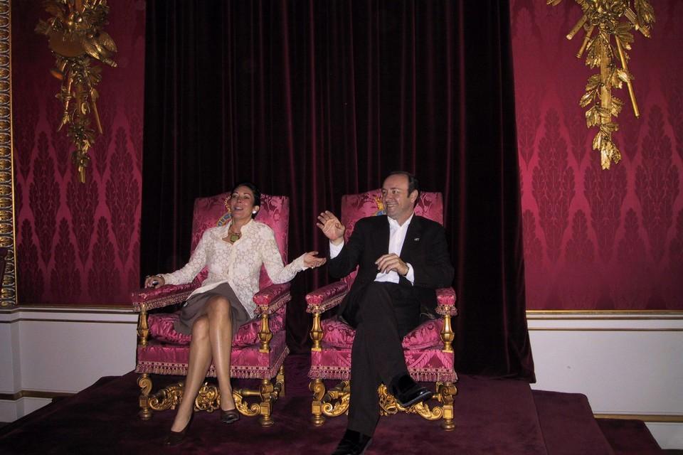Ghislaine Maxwell en Kevin Spacey op de troon van de Britse koningin in Buckingham Palace in 2002.