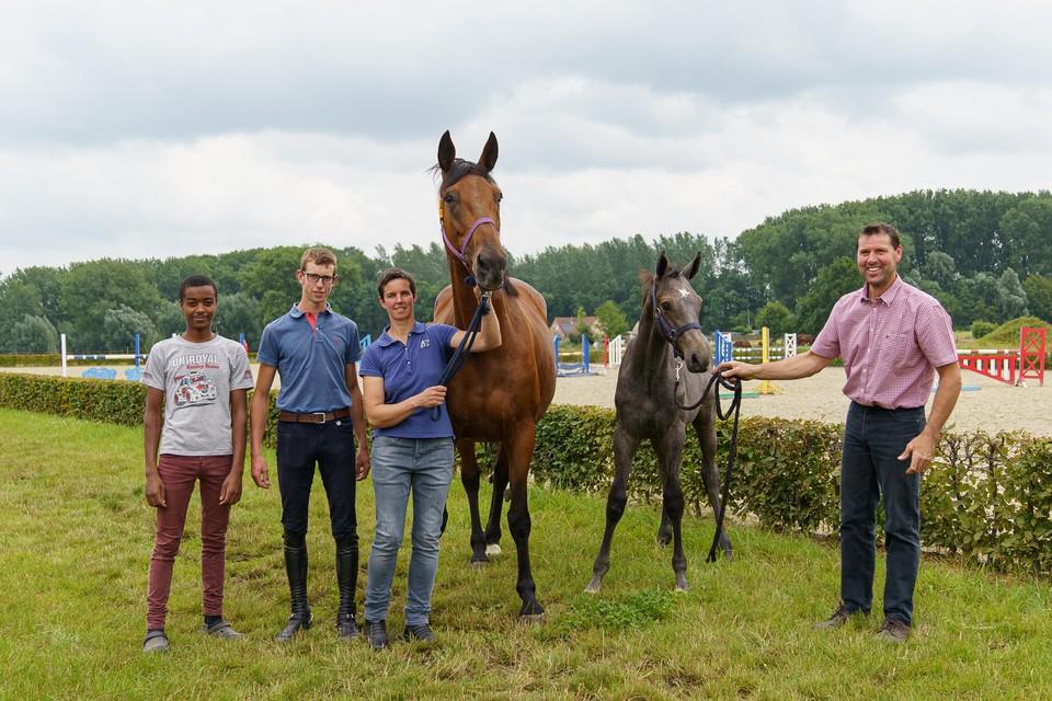 """Ines Raes en Tom De Craene met hun twee zonen en twee raspaardjes:""""Een kweekfabriek willen we niet worden."""""""