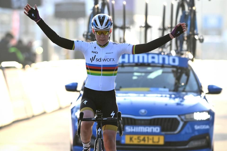 Een superieure Anna van der Breggen won de Omloop Het Nieuwsblad.