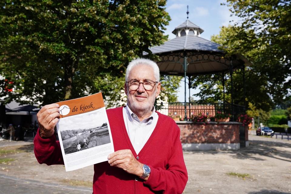 Hoofdredacteur Geert Goethals bij de kiosk die zijn naam leende aan de dorpskrant.
