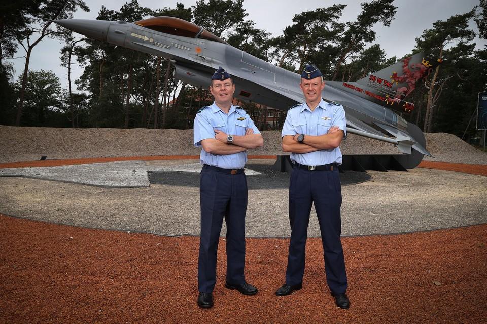 Kolonel-vlieger Jeroen Poesen (links) wordt opgevolgd door kolonel-vlieger Koen Vanheste (rechts) als nieuwe basiscommandant van de Peerse vliegbasis 10de Wing.