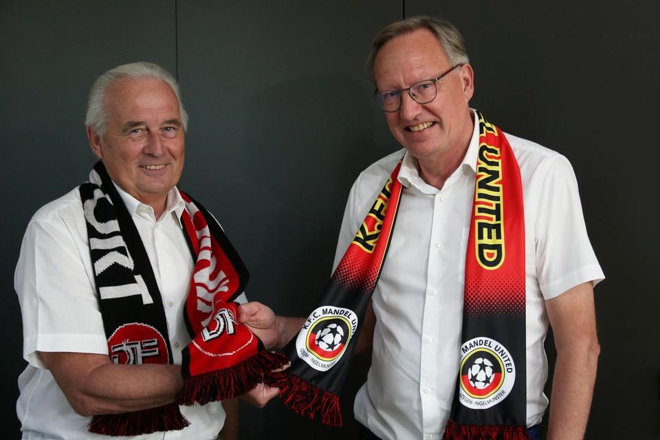Geert Cool (links) en Dominique Bailly kunnen het goed met mekaar vinden, maar hopen wel dat hun eigen club zondag als winnaar uit de derby komt en met drie punten aan het seizoen begint.