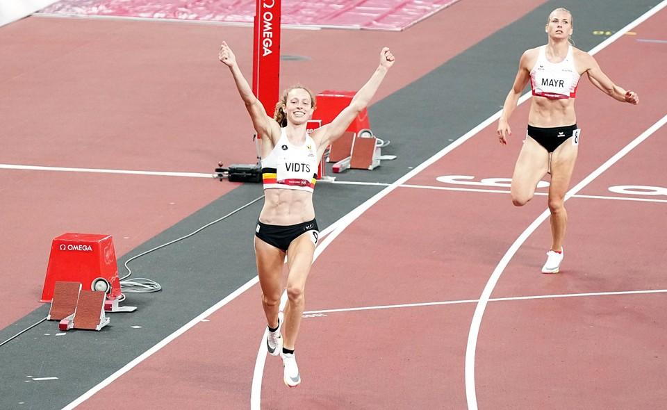 Noor Vidts wint haar reeks van de 200 meter in een persoonlijke besttijd. Daarvoor mogen de handen al eens in de lucht.