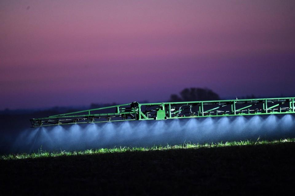 Glyfosaat mag in Europa voorlopig nog gebruikt worden in de landbouw, hoewel het middel waarschijnlijk kankerverwekkend is.