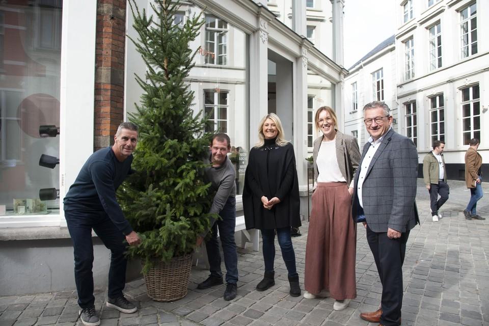 Bij Boetiek Ruth werd alvast een eerste kerstboom neergeplant.