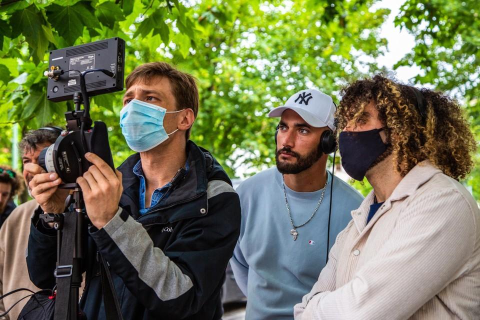 Ondanks de heropflakkering van het coronavirus zetten Adil El Arbi (rechts) en Bilall Fallah (midden) hun opnames van 'Grond' gewoon verder.