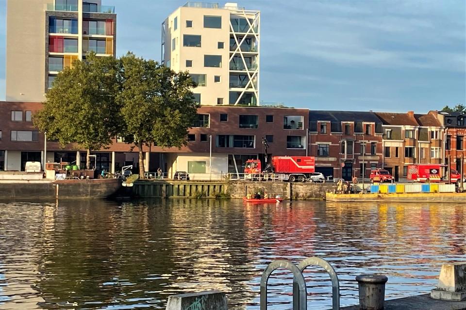 De brandweer biedt bijstand met een bootje op het water.