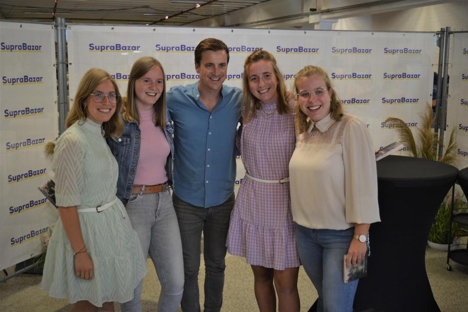 Op de foto met hun idool Niels Destadsbader, daarvoor hadden veel fans veel tijd en kilometers over.