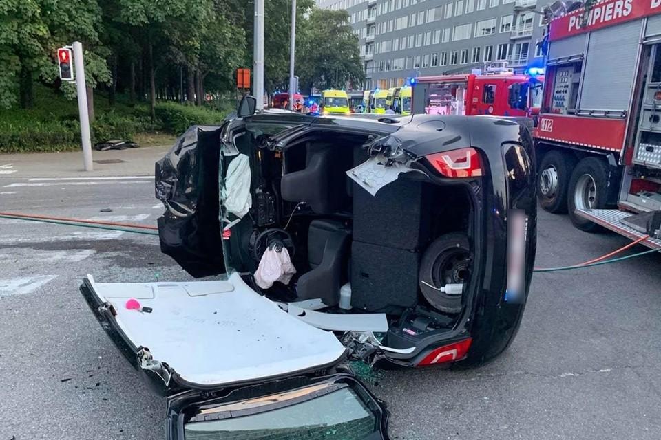 Een auto werd deels ontmanteld om een geknelde passagier te bevrijden.